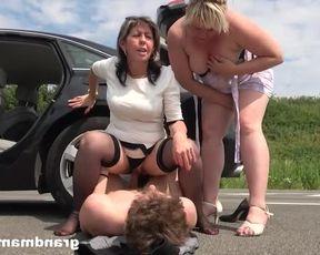 Зрелые дамочки подвезли молодого парня и устроили страстный секс втроем